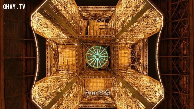 Tháp Eiffel nhìn từ dưới lên,