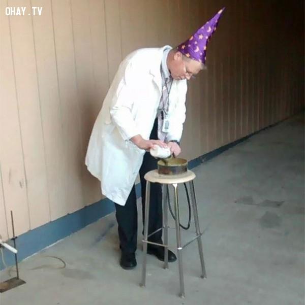 10. Một giáo viên vật lý đang tiến hành thí nghiệm.,giáo viên dễ thương,học đường,học tập
