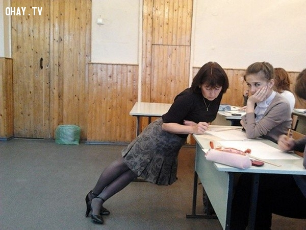 3. Cô giáo với dáng đứng vô cùng độc đáo,giáo viên dễ thương,học đường,học tập