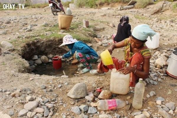 Thiếu nước nên người dân cũng dần phải quen với việc chắt chiu từng giọt nước ở bất kể nơi nào!,hạn hán