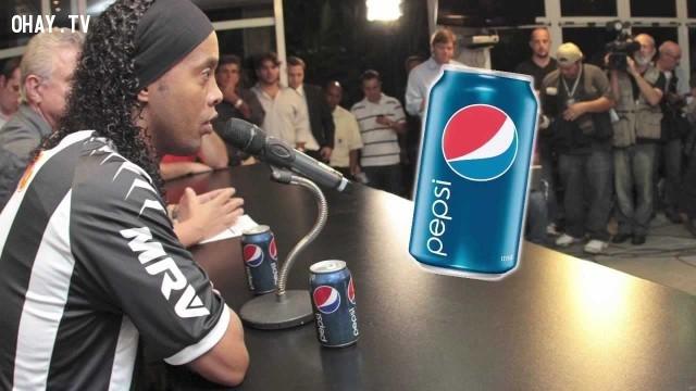 Hợp đồng của Ronaldinho với Coca-Cola đã kết thúc sau khi ông bị bắt gặp nhấm nháp một lon Pepsi trong một cuộc họp báo.,sự thật thú vị,sự kiện hài hước