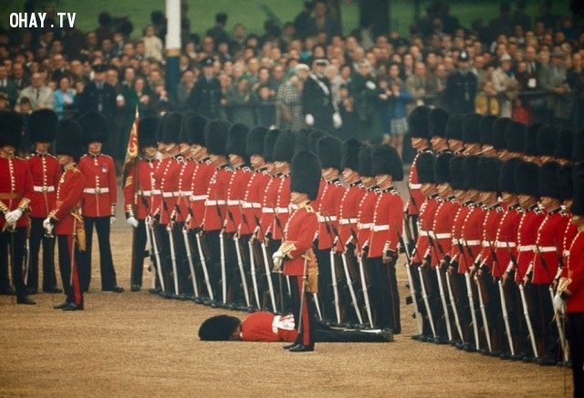 Một binh sĩ bị ngất xỉu ở London, Anh, tháng 6 năm 1966,National Geographic,ảnh hiếm