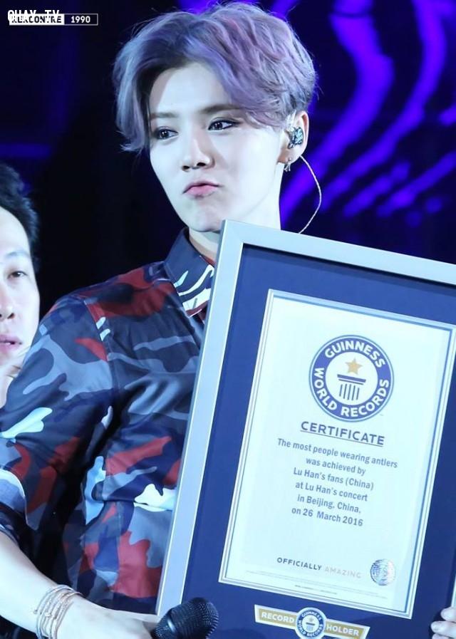 """""""2016 LộcHàm RELOADED Concert"""" đã nhận được kỷ lục Guinness Thế giới thứ 3. Trong toàn hội trường có 1731 người cùng nhau thắp sáng gạc nai.,Luhan,Cpop,Reloaded concert"""