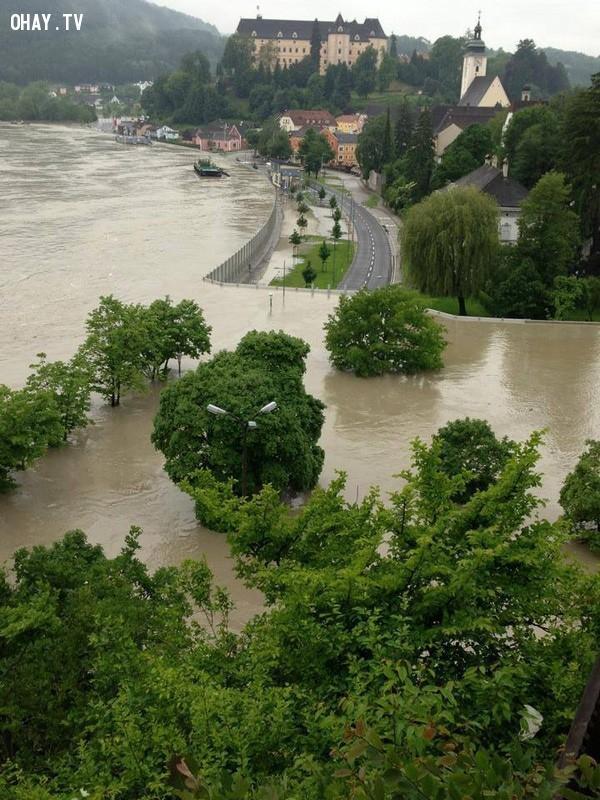 Bức tường cao bằng tòa nhà 2 tầng ngăn dòng nước lũ ập vào khu dân cư.,chống lũ,lũ lụt,nước áo