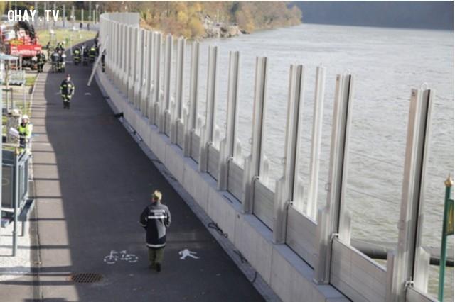 Đây là hình ảnh về bức tường khi không có lũ.,chống lũ,lũ lụt,nước áo