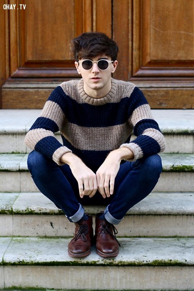 Trẻ trung với áo len kẻ ngang và quần bò sáng màu.,nam thần,thời trai,thời trang nam,mặc đẹp