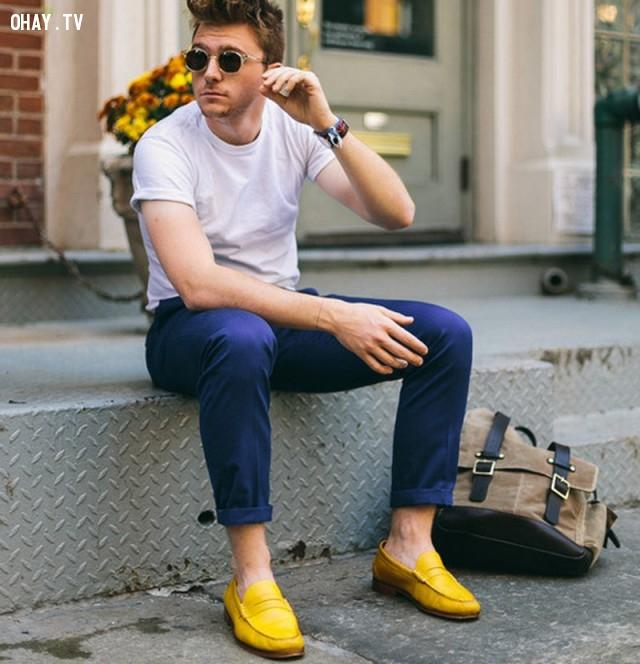 Nổi bật với áo phông trắng xắn tay năng động và quần kaki sáng màu, kết hợp cùng đôi giày màu vàng nổi bật và chiếc kính đen lạ lẫm.,nam thần,thời trai,thời trang nam,mặc đẹp