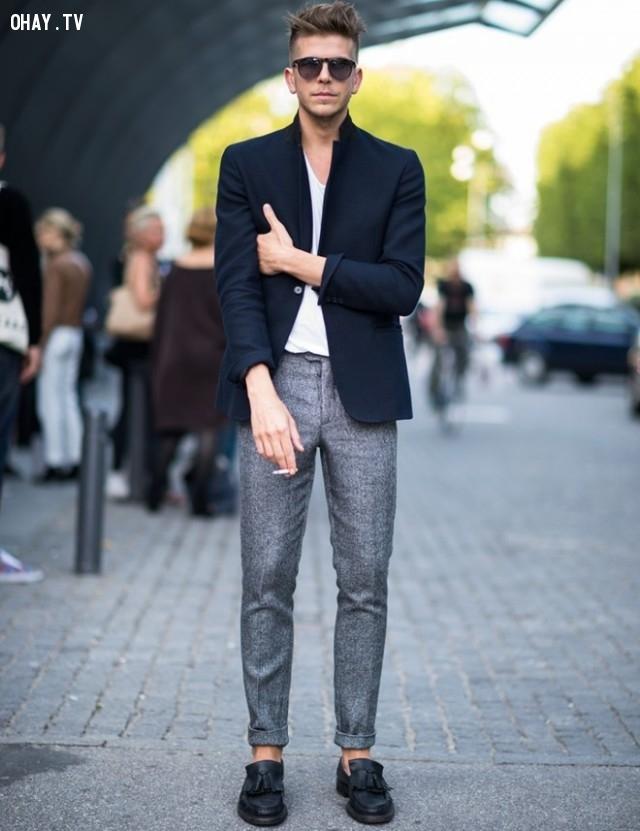 Lịch lãm với vest màu trầm khoác ngoài áo thun trắng và quần vải xám.,nam thần,thời trai,thời trang nam,mặc đẹp