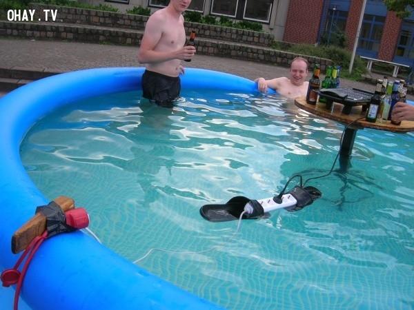 Phát minh khiến người ta phải toát mồ hôi hột dù là đang đi pool party.,