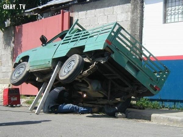 """""""Bà nó à? Xe đang hỏng, tôi sửa sắp xong rồi, cứ nấu cơm sẵn đi!"""","""