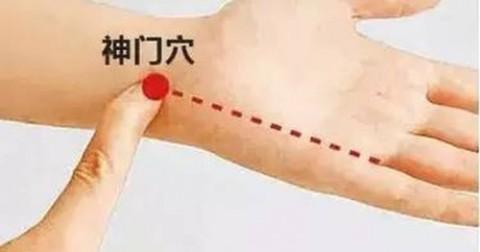 Lý do bạn nên ngừng đeo đồng hồ và vòng tay ở cổ tay trái