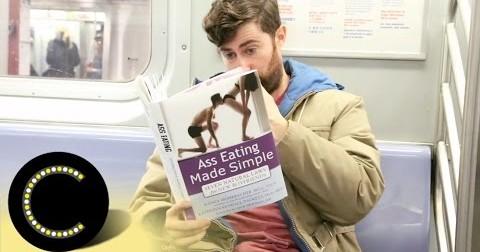 Cực hài chàng thanh niên cầm bìa sách giả để quan sát phản ứng của mọi người