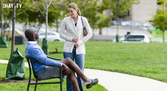 Tiếp cận những người nói tiếng Anh trên xe bus hoặc công viên và lắng nghe họ nói