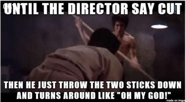 Đến khi đạo diễn bảo dừng,anh ấy vứt 2 cây gậy đi và quay lại theo kiểu 'ôi trời ơi'.,Lý Tiểu Long,Thành Long,Mãnh Long quá giang