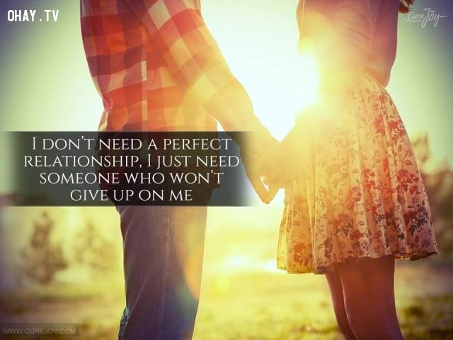 5. Em không cần một tình yêu hoàn hảo, em chỉ cần một người không bao giờ từ bỏ em.,danh ngôn hay,danh ngôn tình yêu,trích dẫn hay về tình yêu,câu nói hay về tình yêu
