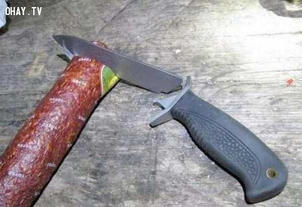 Tệ thật, tôi dùng cái dao này cắt xúc xích thôi mà, sao lại như vậy chứ?,hài hước,chất lượng hàng quảng cáo