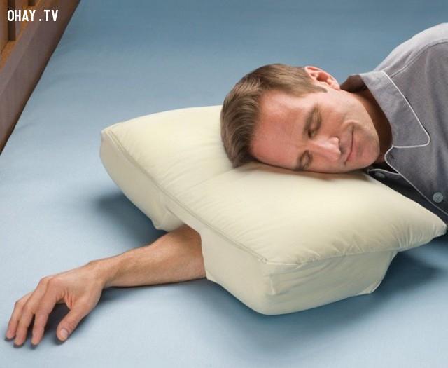 Với chiếc gối này, bạn có thể ngủ bất cứ nơi nào.,phát minh tương lai,sản phẩm độc đáo,những điều thú vị trong cuộc sống