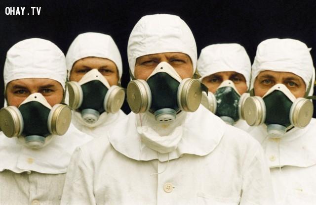 Một nhóm nghiên cứu thử nghiệm bức xạ trở lại nhà máy điện hạt nhân Chernobyl năm năm sau khi vụ nổ xảy ra, tháng 4 năm 1991. ,thảm họa chernobyl,nhà máy nguyên tử,khám phá