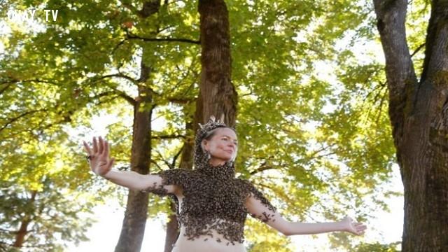 28. Người phụ nữ này có sức hút kì lạ với đàn ong,những người có hình dạng kì lạ,những người dị nhất,những người khó tin nhưng có thật,những người có hình dạng dị nhất