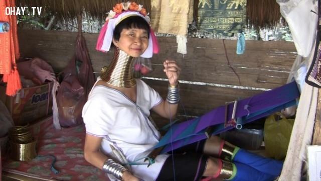 27. Người phụ nữ này có chiếc cổ biến dạng vì đeo quá nhiều vòng.,những người có hình dạng kì lạ,những người dị nhất,những người khó tin nhưng có thật,những người có hình dạng dị nhất