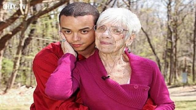24. Tình yêu không phân biệt tuổi tác,những người có hình dạng kì lạ,những người dị nhất,những người khó tin nhưng có thật,những người có hình dạng dị nhất