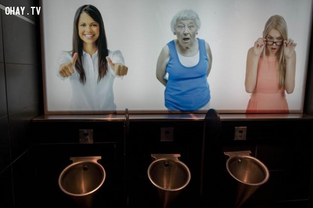 """Bạn có ngại ngùng khi bước vào phòng vệ sinh bị người khác vô tình """"nhòm ngó""""?,Hài hước,Thế giới"""