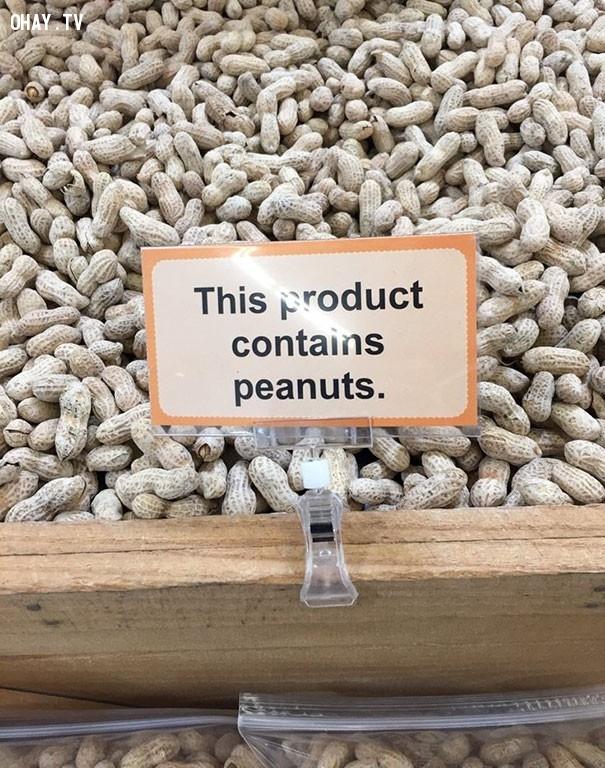 4. 'Sản phẩm này có chứa đậu phộng (lạc)'. Không lẽ từ trước giờ đậu phộng không chứa đậu phộng mà chứa ngô, chứa sắn?,biển báo,ảnh hài,chuyện lạ