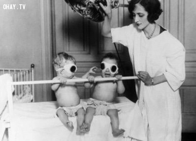 """Trẻ em được phơi dưới ánh nắng của """"Dụng cụ tắm nắng"""" ở Chicago. Trong suốt mùa đông huyền thoại năm 1925 là một phương tiện thường được sử dụng chống lại bệnh còi xương.,hình ảnh đáng sợ,khám phá,hình ảnh y khoa"""
