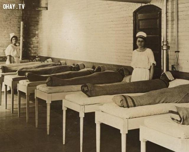 Các y tá quấn chăn ướt cho các bệnh nhân tâm thần nhằm trị liệu cho họ. Trông họ như những xác ướp vậy.,hình ảnh đáng sợ,khám phá,hình ảnh y khoa