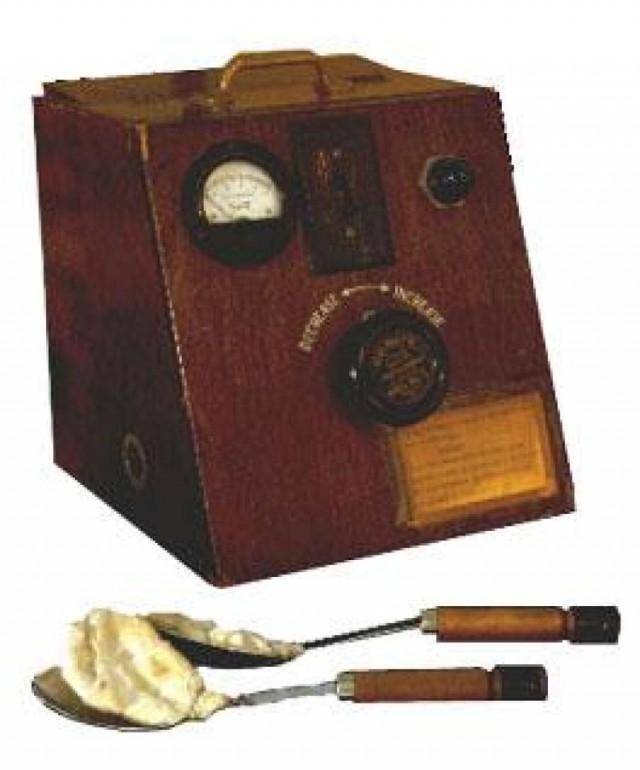 Không, đây không phải là các đài phát thanh, nó là hai thìa kem và máy khử rung tim ngày xưa.,hình ảnh đáng sợ,khám phá,hình ảnh y khoa