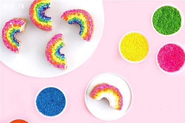 Ngoài ra còn có donut cầu vòng rực rở,bánh donut,bánh donut đáng yêu