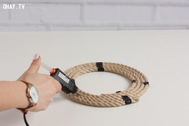 2. Nhẹ nhàng lấy vòng dây thừng ra khỏi bề mặt gương, đặt ra ngoài. Kế đó dùng keo nóng xịt vào các vòng dây thừng để chúng dính lại với nhau. Cẩn thận tránh để keo dính vào tay bạn nhé.,sản phẩm độc đáo,đồ handmade,mẹo vặt