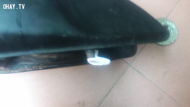 Bước 2: Nút ít xốp hoặc cái gì đó mềm mềm vào cái lỗ dẫn xăng ở đáy thùng,tráng bình xăng,bình xăng lớn,epoxy ab,thủng bình xăng