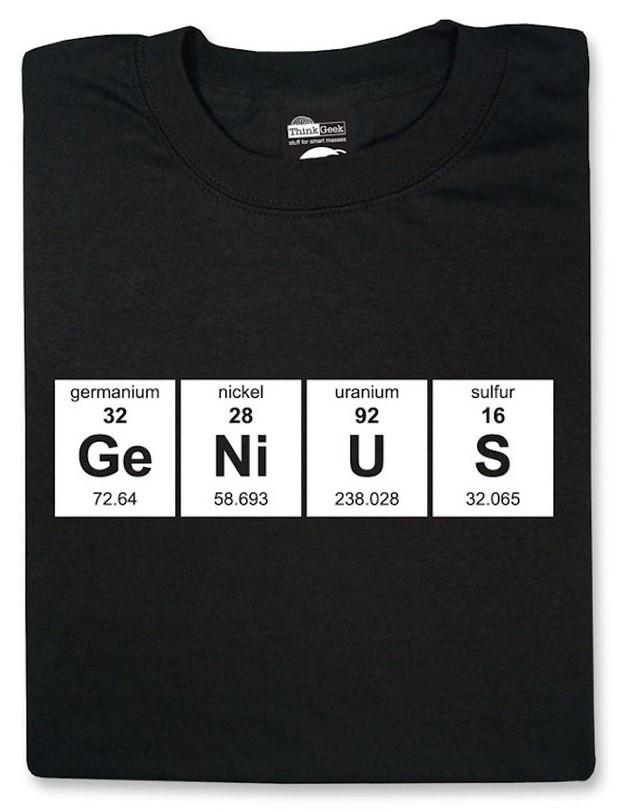 Áo phông in hình nguyên tố hóa học, nếu tinh ý bạn có thể thấy dòng chữ Genius.,sản phẩm sáng tạo,phục vụ học tập,đồng hồ toán học