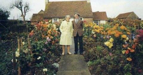 Cặp vợ chồng 4 mùa đều đứng trước cửa nhà để chụp ảnh