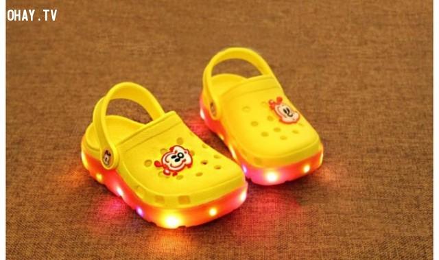 3. Ảnh hưởng đến sự phát triển trí não của trẻ,tác hại của giày dép phát ra âm thanh ánh sáng,sức khỏe của trẻ em,sai lầm của cha mẹ,an toàn cho bé,nguy hiểm sức khỏe,chọn giày dép an toàn cho trẻ