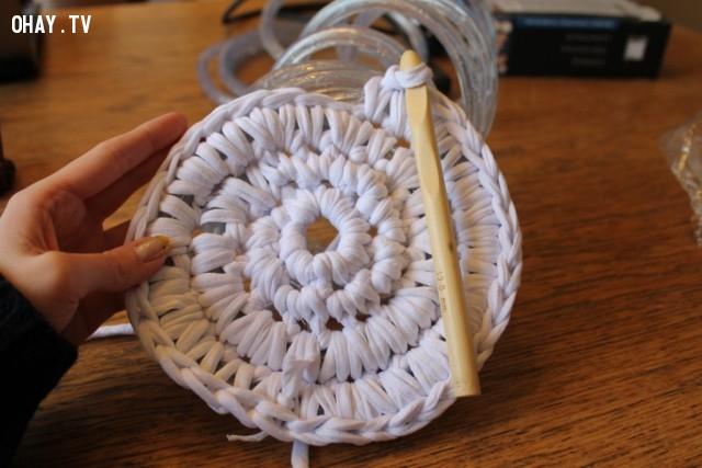 Cố gắng móc càng nhiều vòng càng tốt. Hãy vận dụng những kỹ năng của bạn.,cách móc thảm tròn,mẹo vặt,sản phẩm độc đáo,thảm phát sáng
