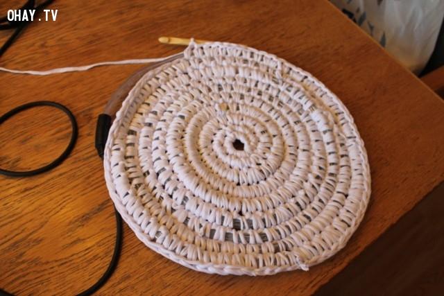 Đã gần hoàn thành rồi này. Cũng khá đơn giản phải không?,cách móc thảm tròn,mẹo vặt,sản phẩm độc đáo,thảm phát sáng