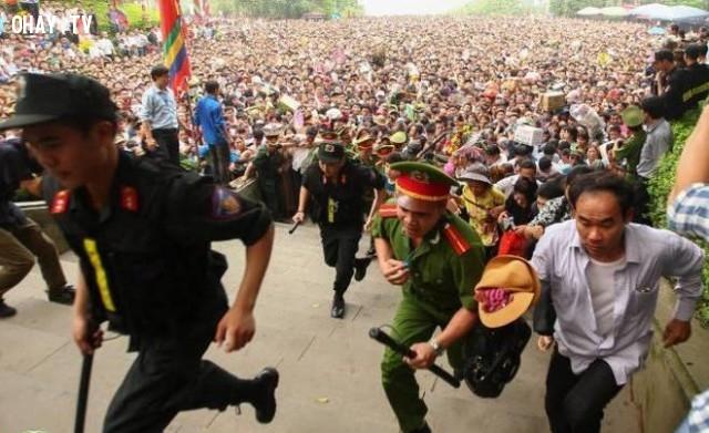 Chen lấn xô đẩy,du lịch,người Việt,Việt Nam,thói quen xấu,hành động xấu