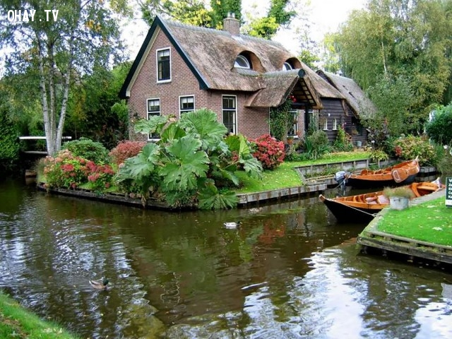 ... càng tô điểm thêm vẻ đẹp cho xứ sở cổ tích nơi đây.,làng cổ tích,ngôi làng kỳ diệu,Làng Giethoorn,những điều thú vị trong cuộc sống