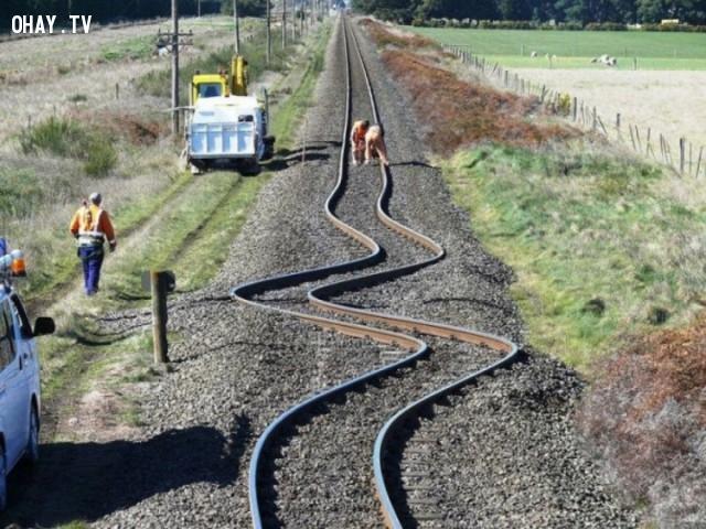 Đường sắt bị cong zic zắc sau vụ động đất năm 2010 ở New Zealand.,ảnh không photoshop,ảnh kì lạ,khám phá
