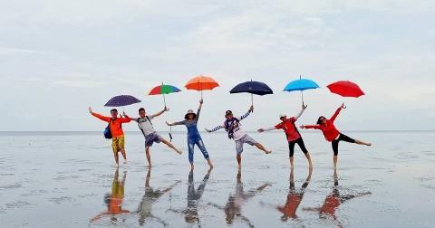 Gợi ý những tư thế chụp ảnh thần thánh cùng bạn bè khi đi biển