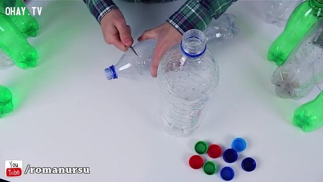 Chai nhựa đầu tiên, bạn lần lượt dùng dao cắt 2 phần đầu và dưới của chai. Chai thứ hai chỉ cắt phần đầu thôi.,tái sử dụng chai nhựa,sản phẩm độc đáo,sản phẩm từ chai nhựa,mẹo vặt