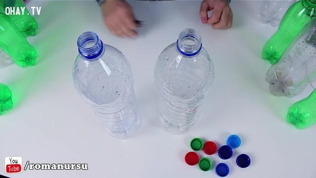 Chọn lấy hai chai nhựa lớn màu trắng để bắt đầu công việc đầu tiên.,tái sử dụng chai nhựa,sản phẩm độc đáo,sản phẩm từ chai nhựa,mẹo vặt