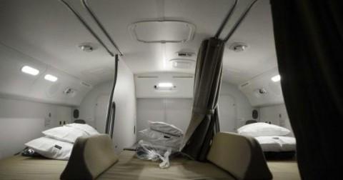Khám phá nơi ngủ bí mật của nhân viên trong cabin máy bay