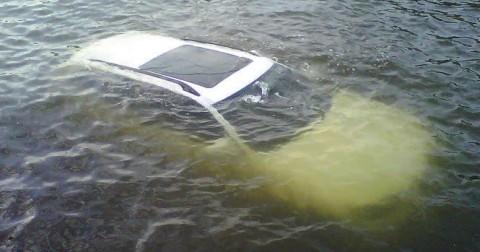 Cách thoát chết khi oto lao xuống nước