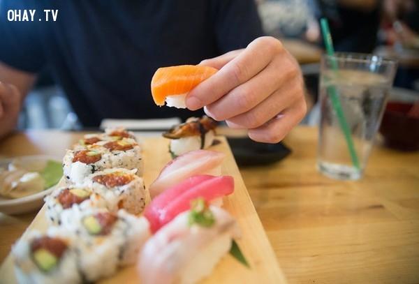 7. Hầu hết mọi người tin rằng cách ăn sushi đúng là phải dùng đũa. Tuy nhiên, điều này còn tùy theo bạn là nam hay nữ. Đàn ông, không giống như phụ nữ, có thể ăn sushi bằng tay.,quy tắc xã giao,phép tắc xã giao,nghi thức xã giao,xã giao,phép lịch sự