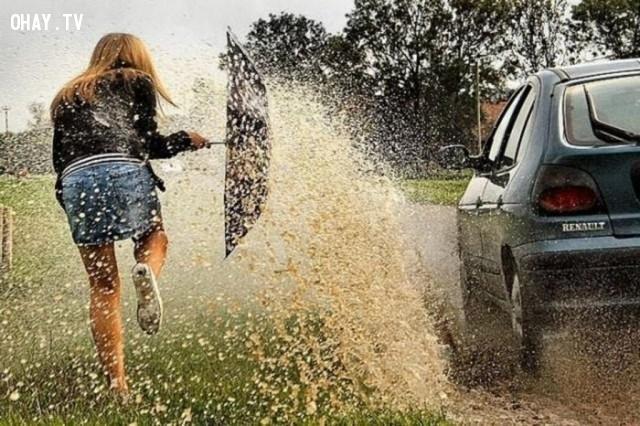 12. Người điều khiển xe nên nhớ rằng tóe nước vào người đi đường là một hành vi phi đạo đức.,quy tắc xã giao,phép tắc xã giao,nghi thức xã giao,xã giao,phép lịch sự