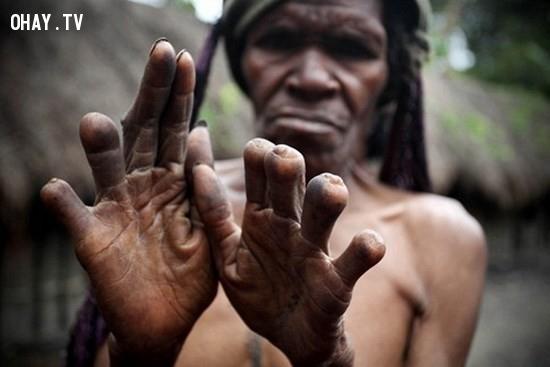 Chặt đứt 1 hoặc 2 đốt ngón tay của người phụ nữ khi có người thân trong gia đình qua đời,xác chết,kinh dị,khám phá