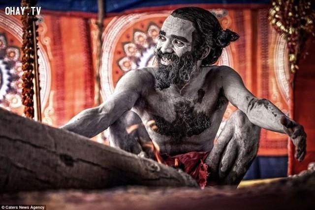 Nhặt những tử thi bị vứt xuống sông Hằng và dùng trong các nghi lễ khai sáng tinh thần của bộ tộc Aghori ở Varanasi.,xác chết,kinh dị,khám phá